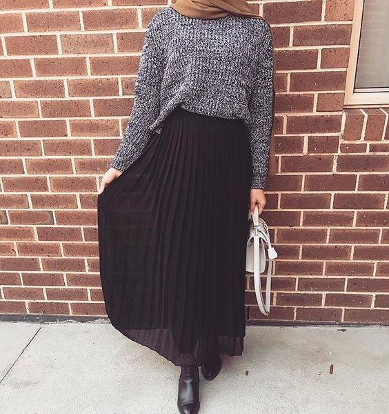 OOTD Rok Plisket, OOTD Hijab Rok, Padukan Rok Pliset Hitam dengan Sweater Abu-Abu