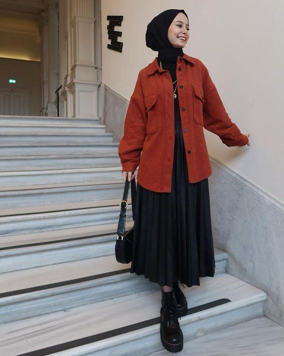 OOTD Rok Plisket, OOTD Hijab Rok, Rok Pliset juga bisa dipadukan dengan memakai kemeja oversized ditambah sepatu boots