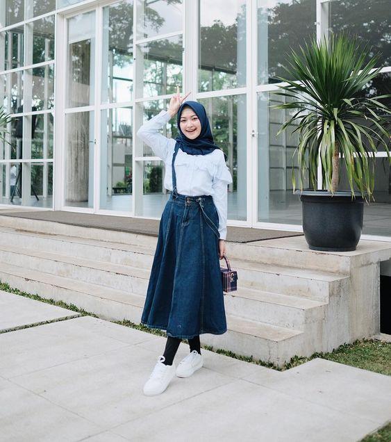 7 Inspirasi Padu Padan Hijab Dengan Sneakers Untuk Gaya Simpel Ke Kampus Womantalk